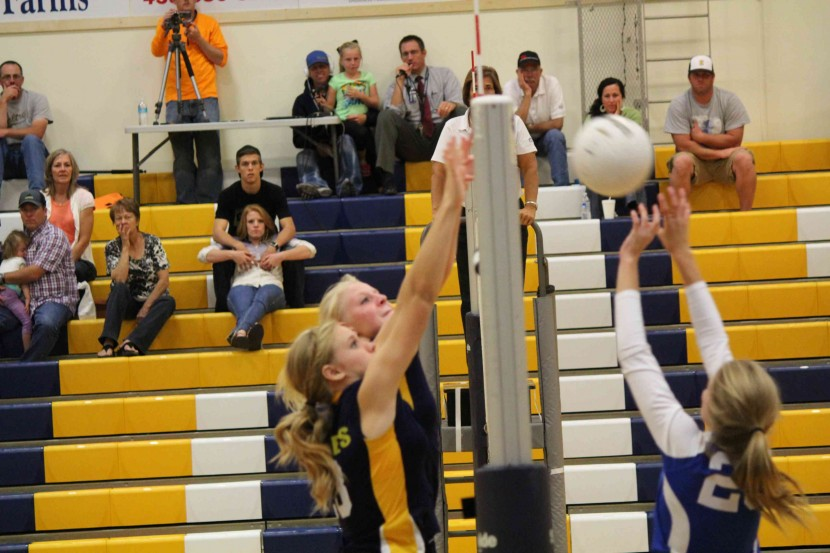 EHS Volleyball Easily Handles Richfield in 3 Sets