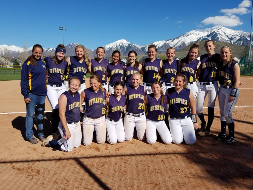Wolves Softball Split Wins at Payson Tournament